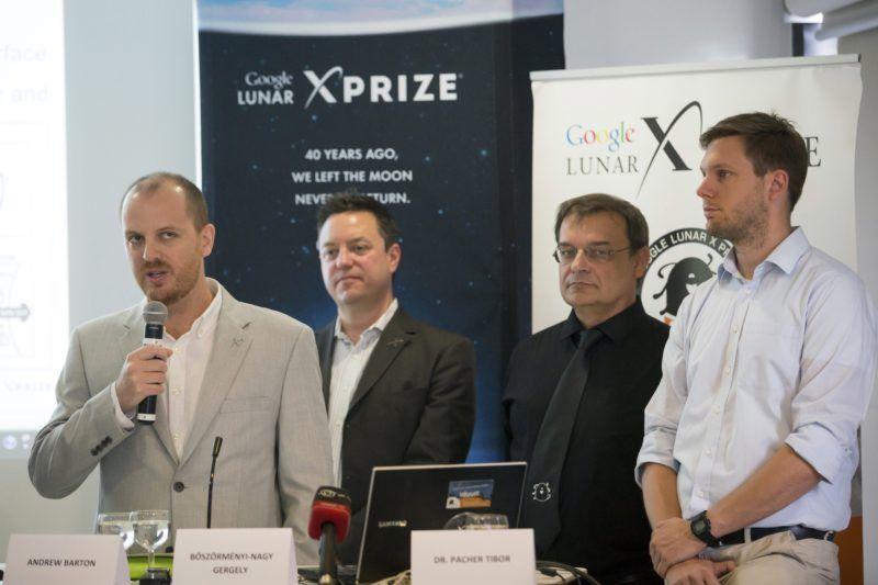 Budapest, 2014. június 3. Andrew Barton, az XPRIZE Alapítvány elnöke (b) beszél a világ egyik legjelentõsebb technológiai versenyének, a Google Lunar XPRIZE-nak a sajtótájékoztatóján a budapesti Design Terminálban 2014. június 3-án. Mellette Joel Carnes, az XPRIZE Alapítvány alelnöke (b2), Pacher Tibor, a Puli Space alapítója és csapatvezetõje (j2) és Böszörményi-Nagy Gergely, a Design Terminál fõigazgatója (j). MTI Fotó: Mohai Balázs