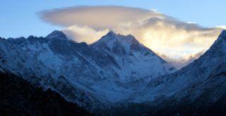 Namche Bazaar, 2017. április 4. A Himalája hatezer méter feletti csúcsai, az Everest-csoport a nepáli Namche Bazaar közelében 2017. április 2-án. Klein Dávid és Suhajda Szilárd hegymászók részvételével 2017. március 27-én indult el Budapestrõl a Magyar Everest Expedíció 2017, melynek célja a Föld legmagasabb csúcsa, a 8848 méter magas Mount Everest (Csomolungma) elérése oxigénpalack nélkül, elsõként a magyar expedíciós hegymászás történetében. MTI Fotó: Mohai Balázs
