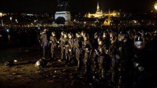 Budapest, 2018. december 12. Rendõrök az ellenzéki pártok kezdeményezésére a munka törvénykönyvének módosítása ellen indult tüntetés alatt a Parlament elõtti Kossuth téren 2018. december 12-én. MTI/Mohai Balázs