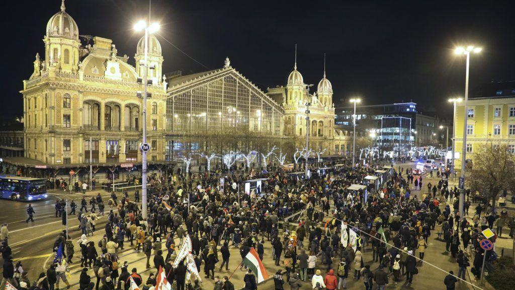 Budapest, 2018. december 14. A budapesti kormányellenes tüntetés résztvevõi vonulnak a Teréz körúton, a Nyugati pályaudvar elõtt 2018. december 14-én. MTI/Mohai Balázs