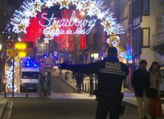 Strasbourg, 2018. december 11. A videofelvételrõl készült képen francia rendõr intézkedik egy strasbourgi karácsonyi vásár közelében, ahol lövöldözés történt 2018. december 11-én. A támadásban ketten meghaltak, tizenegyen megsebesültek. Az elkövetõ, akit már azonosítottak, szökésben van. MTI/AP/APTN