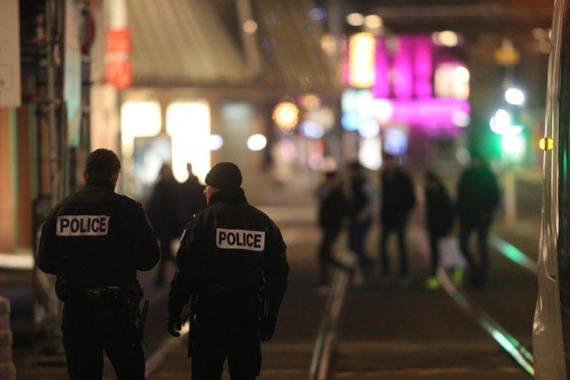 Strasbourg, 2018. december 11. Francia rendõrök egy strasbourgi karácsonyi vásár közelében, ahol lövöldözés történt 2018. december 11-én. A támadásban ketten meghaltak, tizenegyen megsebesültek. Az elkövetõ, akit már azonosítottak, szökésben van. MTI/EPA/L'Alsace/Maxppp