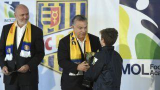 Dunaszerdahely, 2018. november 16. Orbán Viktor miniszterelnök (k) és Világi Oszkár klubtulajdonos átadja az U11-es torna díjait a dunaszerdahelyi DAC 1904 futballklub akadémiája, a Mol Labdarúgó Akadémia megnyitó ünnepségén a szlovákiai Dunaszerdahelyen 2018. november 16-án. MTI/Koszticsák Szilárd