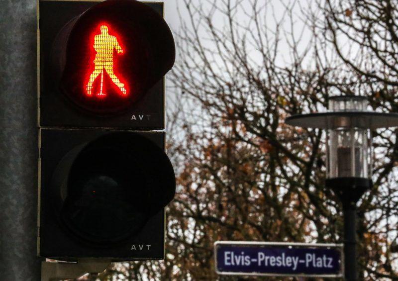 Friedberg, 2018. december 7. Elvis Presley néhai amerikai énekes alakja jelenik meg az egyik forgalmi lámpa piros jelzésekor a németországi Friedberg városban 2018. december 7-én. Elvis Presley 1958 és 1960 között az amerikai hadsereg Friedberg melletti bázisán teljesített szolgálatot. A német városban három Elvis fényjelzésû közlekedési lámpát helyeztek üzembe. A rock and roll királya 40 éve, 1977. augusztus 16-án 42 éves korában hunyt el. MTI/EPA/Armando Babani