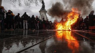 Párizs, 2018. december 7. Felgyújtott kukánál állnak fiatalok a külföldi diákok tandíjának emelése ellen meghirdetett kormányellenes tiltakozáson a párizsi Köztársaság téren 2018. december 7-én. MTI/EPA/Ian Langsdon