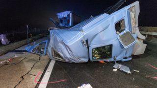 Komárom, 2018. december 3. Ütközésben összetört kamion leszakadt vezetõfülkéje az M1-es autópálya Budapest felé vezetõ oldalán Komárom közelében 2018. december 3-án. A 88. kilométerszelvényben történt balesetben a kamion egy autóbusszal ütközött össze. MTI/Krizsán Csaba