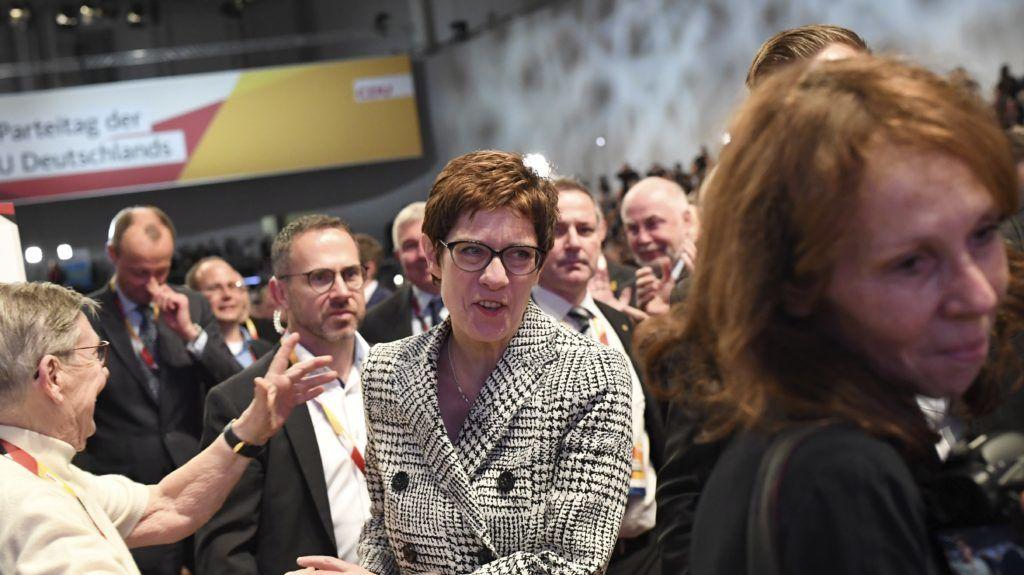 Hamburg, 2018. december 7. Annegret Kramp-Karrenbauer, a német Kereszténydemokrata Unió (CDU) fõtitkára (k), miután pártelnökké választották a pártot 18. éve vezetõ Angela Merkel utódjául a CDU tisztújító kongresszusán Hamburgban 2018. december 7-én. MTI/EPA/Clemens Bilan