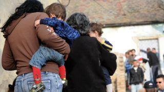 Pécs, 2011. április 7. Önkényes lakásfoglalókat, hét felnõttet és öt gyereket lakoltatott ki a Hársfa utcában négy önkormányzati tulajdonban lévõ lakásból a 7 napos türelmi idõ lejárta után a pécsi önkormányzat. MTI Fotó: Kálmándy Ferenc