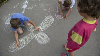 Battonya, 2014. június 26.Gyerekek rajzolnak a battonyai SOS Gyermekfaluban 2014. június 26-án. Battonyáról 2015 őszén átköltözik a gyermekfalu Orosházára, ahol Magyarországon elsőként  létesül új, a XXI. század igényeinek megfelelő integrált gyermekfalu. Mintegy hetven gyermek és nevelőszüleik önálló otthonokban élhetnek majd, a helyi társadalomnak ugyanolyan szereplői lesznek mint a többi család és gyermekeik. Battonyán családmegerősítő programot indítanak ötven hátrányos helyzetű családnak. MTI Fotó: Rosta Tibor