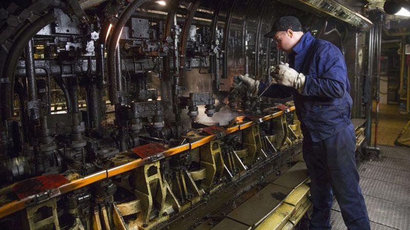 Orosháza, 2017. január 25.Egy dolgozó az üveggyártó gép formakenését végzi az O-I Magyarország Üvegipari Kft. orosházi gyárában 2017. január 25-én. A fővárosban szilveszterkor felhalmozódott fehérüveg-hulladékot dolgozzák fel az üzemben, ahol ismét üveget állítanak elő belőle. A gyártáshoz adagolt üvegcseréppel a cég csökkenteni tudja az alapanyagok mennyiségét, illetve az olvasztáshoz felhasznált energiát is.MTI Fotó: Rosta Tibor