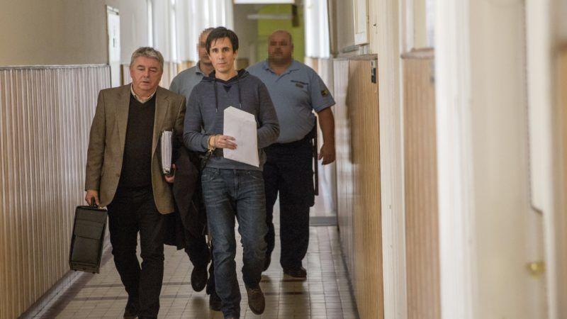 Szeged, 2018. április 4. Czeglédy Csaba (k) a Szegedi Járásbíróság folyosóján érkezik ügyvédjével, Hankó-Faragó Miklóssal (b) 2018. április 4-én. A Csongrád Megyei Fõügyészség indítványozta elõzetes letartóztatásának három hónappal történõ meghosszabbítását. Czeglédy Csaba (Éljen Szombathely!-MSZP-DK-Együtt) szombathelyi önkormányzati képviselõt március 1-jén engedték ki a börtönbõl, miután képviselõjelölt lett, így megillette a mentelmi jog. Ezt azonban a Nemzeti Választási Bizottság március 2-án felfüggesztette, aznap este ismét õrizetbe vették, majd a bíróság harminc napra elrendelte elõzetes letartóztatását. MTI Fotó: Rosta Tibor
