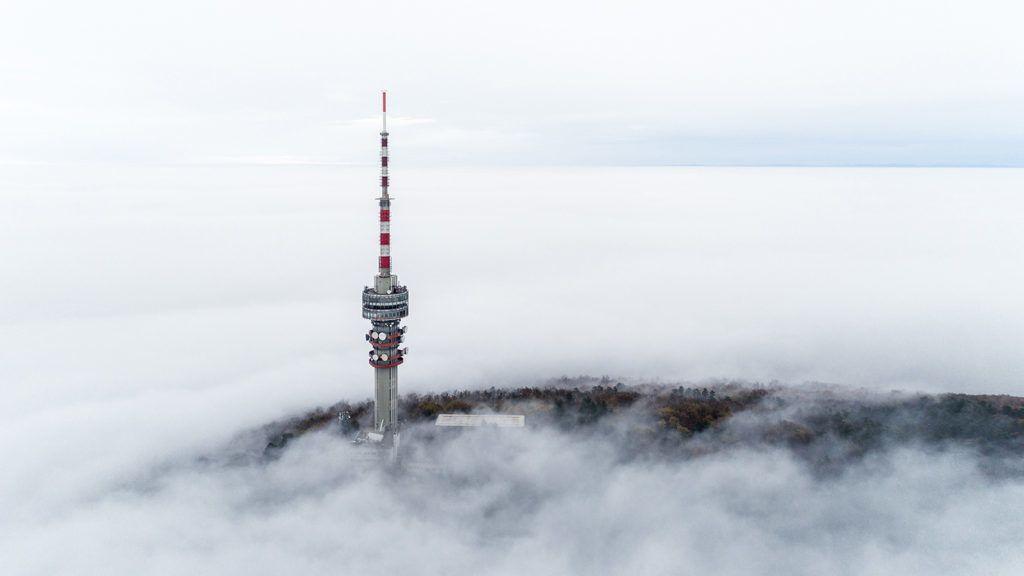Pécs, 2018. november 24.A ködből kiemelkedő Misina tetői tévétorony Pécsen 2018. november 24.MTI/Sóki Tamás