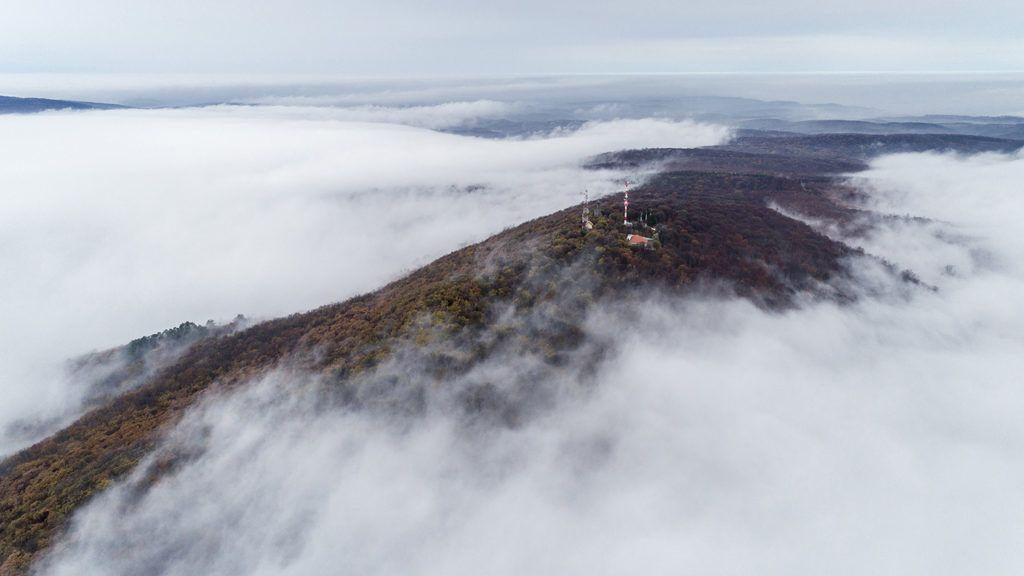 Pécs, 2018. november 24.A ködből kiemelkedő Mecsek Pécs közelében 2018. november 24.MTI/Sóki Tamás