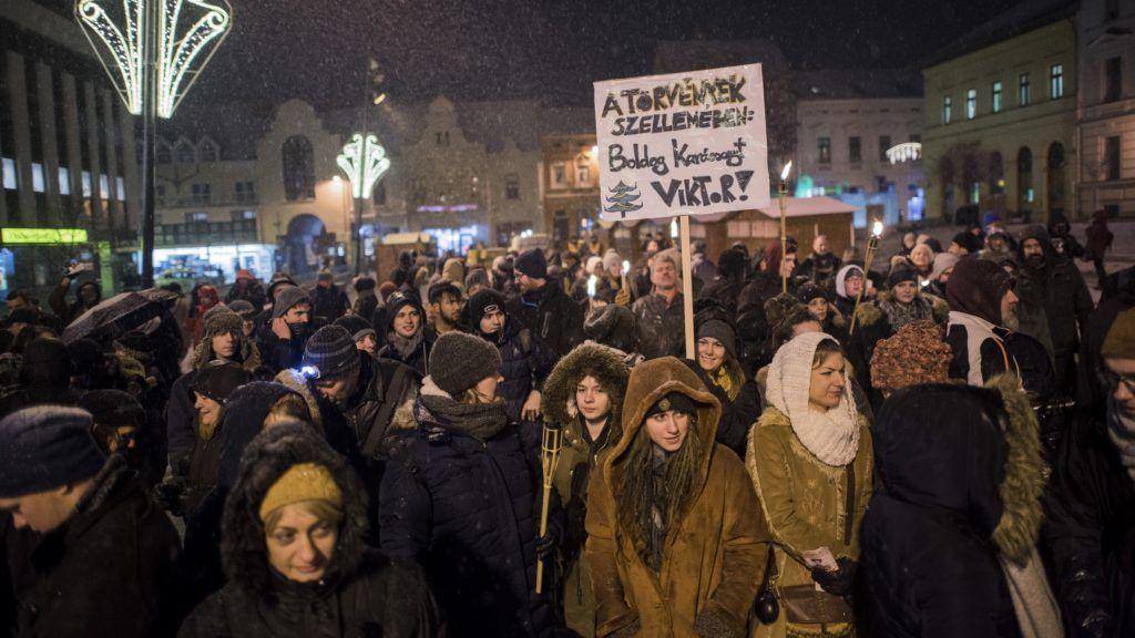 Pécs, 2018. december 15. A Fáklyás felvonulás a rabszolgatörvény ellen! címmel meghirdetett kormányellenes demonstráció résztvevõi Pécsen 2018. december 14-én. MTI/Sóki Tamás