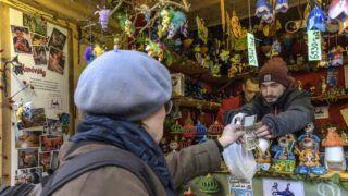 Budapest, 2018. december 4. Dán turista vásárol a karácsonyi fogyasztóvédelmi ellenõrzésekrõl tartott sajtótájékoztató helyszínén, a Vörösmarty téri adventi és karácsonyi vásáron Budapesten 2018. december 4-én. MTI/Szigetváry Zsolt