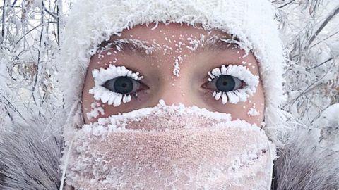 Jakutszk, 2018. január 18.Az orosz Anasztaszija Gruzdeva által 2018. január 17-én közreadott kép önmagáról, a mínusz 50 Celsius-fokos hidegtől jégkristályok borította szempillákkal a szibériai Jakutföld fővárosában, Jakutszkban január 13-án. Jakutföld egyes részein január 16-án mínusz 67 Celsius-fokot mértek. (MTI/AP/Anasztaszija Gruzdeva)