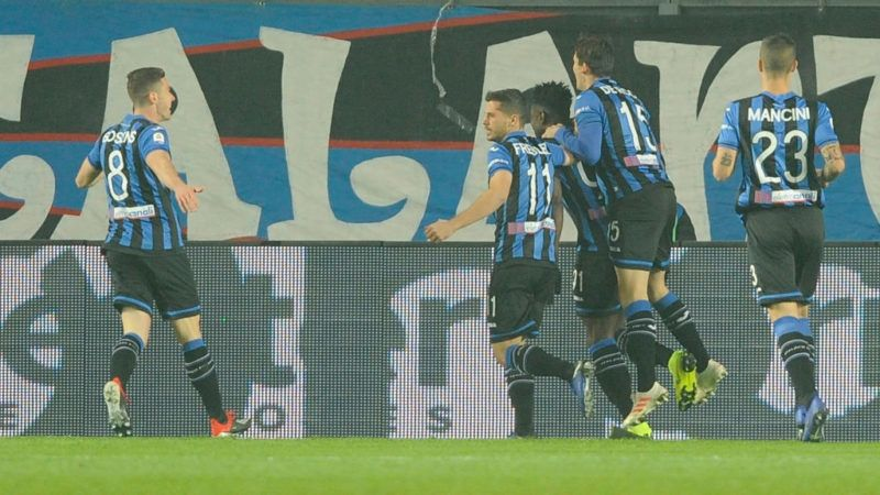 BERGAMO, ITALY - DECEMBER 17:  Duvan Zapata of Atalnava BC celebrates the opening goal with his team mates during the Serie A match between Atalanta BC and SS Lazio at Stadio Atleti Azzurri d'Italia on December 17, 2018 in Bergamo, Italy.  (Photo by Marco Rosi/Getty Images)