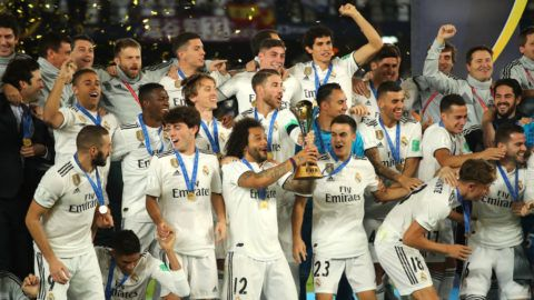 ABU DHABI, UNITED ARAB EMIRATES - DECEMBER 22:  The Real Madrid players and staff celebrate with the FIFA Club World Cup trophy at the end of the FIFA Club World Cup UAE final match between Real Madrid and Al Ain at Sheikh Zayed Stadium on December 22, 2018 in Abu Dhabi, United Arab Emirates. (Photo by Matthew Ashton - AMA/Getty Images)