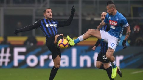MILAN, ITALY - DECEMBER 26: Danilo D'Ambrosio (L) of Inter and Marek Hamsik of Napoli compete for the ball during the Serie A match between FC Internazionale and SSC Napoli at Stadio Giuseppe Meazza on December 26, 2018 in Milan, Italy.  (Photo by Tullio Puglia/Getty Images)