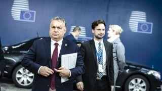 Brüsszel, 2018. november 25. A Miniszterelnöki Sajtóiroda által közreadott képen Orbán Viktor miniszterelnök (b2) érkezik a rendkívüli Brexit-csúcsra Brüsszelben 2018. november 25-én. Mellette Várhelyi Olivér nagykövet, a brüsszeli Állandó Képviselet vezetõje (b) és Havasi Bertalan, a Miniszterelnöki Sajtóirodát vezetõ helyettes államtitkár. MTI/Miniszterelnöki Sajtóiroda/Szecsõdi Balázs
