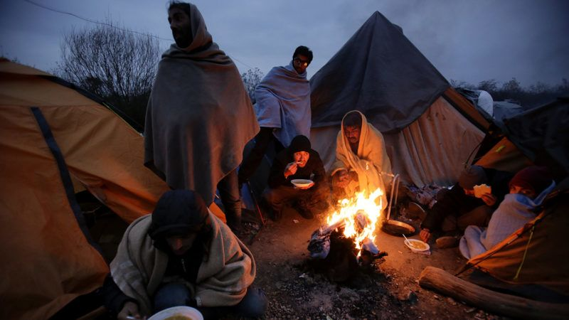 Velika Kladusa, 2018. november 19.Migráns férfiak főtt ételt esznek a tűz körül egy sátortáborban, a horvát határ közelében levő északnyugat-boszniai Velika Kladusa településen 2018. november 18-án.MTI/AP/Amel Emric