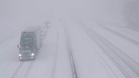 Lawrence, 2018. november 26. Jármûvek haladnak a szakadó hóesésben az I-70-es autópályán, a Kansas állambeli Lawrence közelében 2018. november 25-én. Az amerikai Középnyugaton dúló hóviharok miatt a térségben ezer repülõjáratot töröltek, Kansas államban a kormányzó rendkívüli állapotot hirdetett. MTI/AP/Orlin Wagner