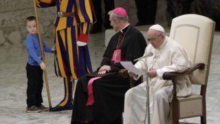 Vatikánváros, 2018. november 28. Az egyik svájci gárdista mellett áll egy halláskárosult kisfiú, aki felsétált a színpadra Ferenc pápa heti általános audienciája alatt a Vatikán VI. Pál termében 2018. november 28-án. MTI/AP/Gregorio Borgia