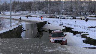 Anchorage, 2018. november 30. Megrepedt úttest az alaszkai Anchorage városa közelében 2018. november 30-án, miután 7-es erõsségû földrengés rázta meg a térséget. A földrengés fészke 43 kilométeres mélységben, 12 kilométerre északra volt Alaszka legnagyobb városától. MTI/AP/Dan Joling