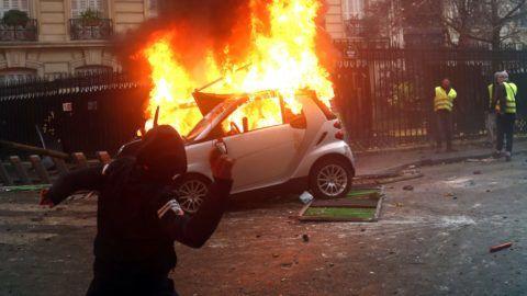 Párizs, 2018. december 1. A dráguló üzemanyagárak ellen tiltakozó sárga láthatósági mellényt viselõ tüntetõk által felgyújtott autó ég Párizsban 2018. december 1-jén. A sárgamellényeseknek ez a harmadik nagy tüntetése, november 17. óta tartanak demonstrációkat különbözõ helyszíneken az ország útjain. MTI/AP/Thibault Camus