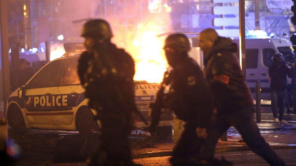 Marseille, 2018. december 2. A dráguló üzemanyagárak ellen tiltakozó sárga láthatósági mellényt viselõ tüntetõk által felgyújtott rendõrautó ég Marseille-ben 2018. december 1-jén. A francia rendõrség szakszervezete rendkívüli állapot kihirdetését kérte a sárgamellényesek megmozdulásait kísérõ egyre erõszakosabb zavargások miatt. MTI/AP/Claude Paris