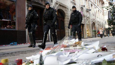 Strasbourg, 2018. december 13. Rendõrök érkeznek a strasbourgi lövöldözés áldozatainak rögtönzött belvárosi emlékhelyéhez 2018. december 13-án. Két nappal korábban Chérif Chekatt, egy iszlamista hátterû férfi a strasbourgi karácsonyi vásáron tüzet nyitott a járókelõkre, majd elmenekült a helyszínrõl. A támadásban hárman meghaltak, tizenketten megsebesültek, közülük hatan kritikus állapotban vannak. MTI/AP/Christophe Ena