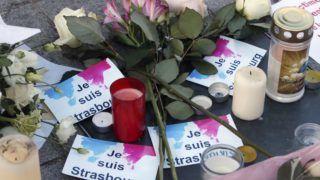 Strasbourg, 2018. december 13. Virágok és mécsesek a strasbourgi lövöldözés áldozatainak rögtönzött belvárosi emlékhelyén 2018. december 13-án. Két nappal korábban Chérif Chekatt, egy iszlamista hátterû férfi a strasbourgi karácsonyi vásáron tüzet nyitott a járókelõkre, majd elmenekült a helyszínrõl. A támadásban hárman meghaltak, tizenketten megsebesültek, közülük hatan kritikus állapotban vannak. MTI/AP/Christophe Ena