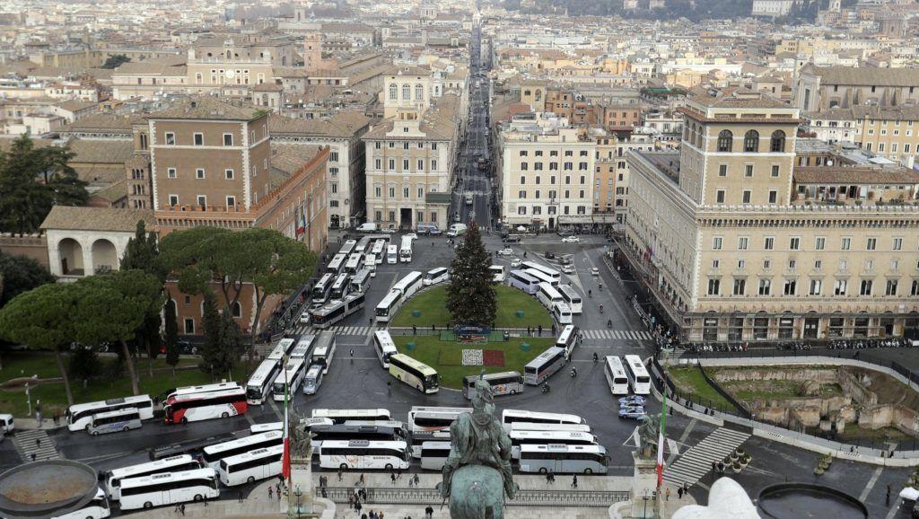 Róma, 2018. december 20. Turistabuszok a római Piazza Venezián 2018. december 20-án, a turistabusz-vezetõk tüntetése alatt. A sofõrök Virginia Raggi polgármester döntése ellen tiltakoznak, mert az kitiltja a turistabuszokat Róma belvárosából. MTI/AP/Gregorio Borgia