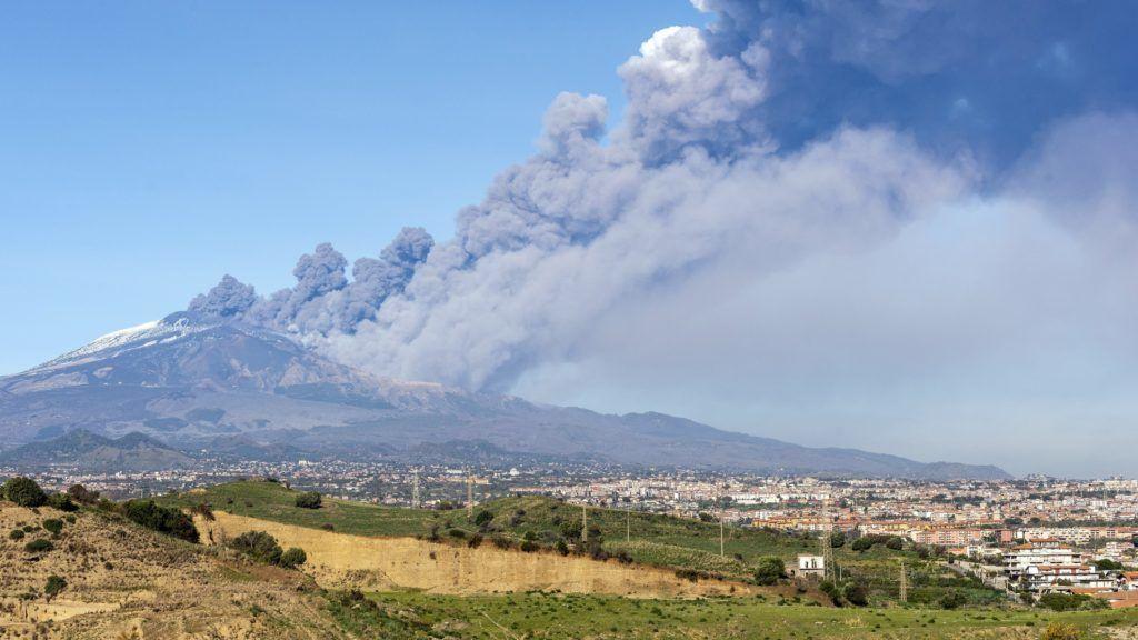 Catania, 2018. december 25. Füst gomolyog az Etnából a szicíliai Catania közelében 2018. december 24-én, kevéssel a tûzhányó kitörése elõtt. A rossz látási viszonyok miatt lezárták a cataniai repülõteret. A kitörést követõ földmozgások legnagyobbika 4-es erõsségû volt, sérültekrõl nem érkezett jelentés. MTI/AP/Salvatore Allegra