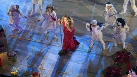 New York, 2014. december 3. Mariah Carey amerikai énekesnõ (k) fellép a New York-i Rockefeller Központ immáron 82. alkalommal megrendezett karácsonyi gyertyagyújtó ünnepségén 2014. december 3-án. (MTI/EPA/Insider Images/Andrew Kelly)