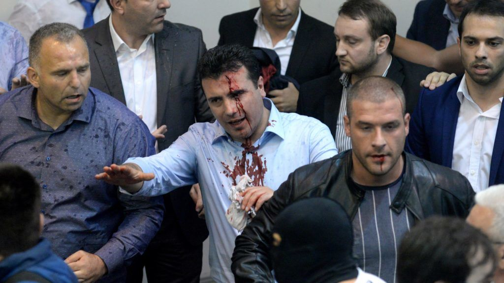 Szkopje, 2017. április 27. Zoran Zaev, a Macedóniai Szociáldemokrata Szövetség (SDSM) vezetõje (k) megsebesült, miután jobboldali tüntetõk bejutottak a szkopjei parlament üléstermébe 2017. április 27-én. A tüntetõk azt követõen rohamozták meg a parlamentet, hogy  Zaev a képviselõház korelnökeként az albán kisebbségi pártok támogatásával napirenden kívül házelnöknek választotta Talat Xhaferi albán képviselõt anélkül, hogy erre felhatalmazást kaptak volna. (MTI/EPA)