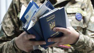 Lviv, 2017. június 11. Útleveleket ellenõriz egy ukrán határõr az ukrán-lengyel határ Rava-Ruska átkelõhelyén, az ukrajnai Lviv közelében 2017. június 11-én. Ezen a napon életbe lépett az ukrán állampolgárok európai uniós vízummentessége, Ukrajna biometrikus útlevéllel rendelkezõ állampolgárai ezentúl vízum nélkül utazhatnak az Európai Unió tagállamaiba. (MTI/EPA/Pavlo Palamarcsuk)