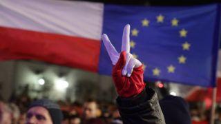 """Varsó, 2017. november 24.A """"Szabad bíróságot, szabad választásokat és szabad Lengyelországot!"""" elnevezésű tüntetés résztvevői a varsói elnöki palota előtt 2017. november 24-én. A tüntetők a kormányzó konzervatív Jog és Igazságosság (PiS) párt által benyújtott bírósági reformok ellen tiltakoznak. (MTI/EPA/Tomasz Gzell)"""