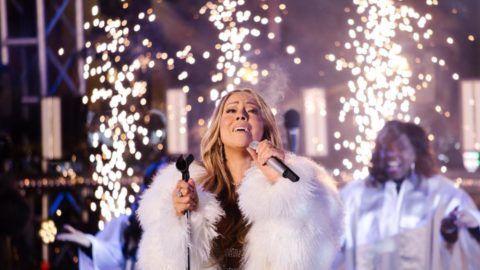 New York, 2018. január 1. Mariah Carey amerikai énekesnõ fellép az új év beköszöntét ünneplõ mûsorban a New York-i Times Square-en szilveszter éjszaka, 2018. január 1-jén. (MTI/EPA/Alba Vigaray)