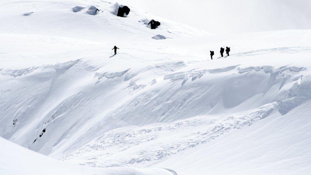 Fiescheralp, 2018. április 1. Mentõalakulat tagjai mennek az elõzõ napon a svájci Alpokban fekvõ Fiescheralp közelében történt lavina helyszínére 2018. április 1-én. A lavina következtében három spanyol síelõ életét vesztette, két társukat könnyebb sérülésekkel kórházba szállították. (MTI/EPA/Jean-Christophe Bott)