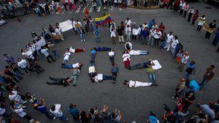 Caracas, 2018. augusztus 2. Több fizetést, jobb munkakörülményeket és az alapellátás színvonalának növelését követelik venezuelai egészségügyi dolgozók a fõvárosban, Caracasban rendezett tüntetésen 2018. augusztus 2-án. (MTI/EPA/Cristian Hernandez)