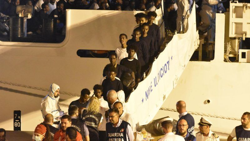 Catania, 2018. augusztus 26. Illegális bevándorlók partra szállnak az olasz parti õrség Diciotti hajójának fedélzetérõl Catania kikötõjében 2018. augusztus 26-án. A hajó tíz nappal korábban vett a fedélzetére 190, Európába igyekvõ migránst Málta környékén a Földközi-tengeren, de néhány kivételtõl eltekintve a partra szállásukat Olaszországban mostanáig nem engedélyezte Matteo Salvini olasz belügyminiszter, mert nem kapott garanciát az Európai Uniótól, hogy az utasokat szétosztják a tagállamokban. Most több ország is jelezte, hogy kész befogadni a Diciottin tartózkodó migránsokat. (MTI/EPA/Orietta Scardino)