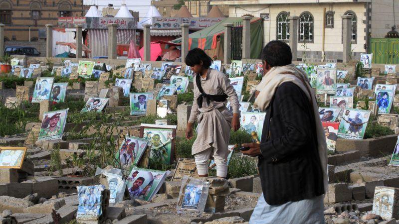 Szanaa, 2018. szeptember 5. A harcokban elesett civilek sírját látogatják férfiak a jemeni fõvárosban, Szanaában 2018. szeptember 4-én. A világ egyik legsúlyosabb humanitárius válsága sújtja a 26 milliós népességû, többségében szunnita iszlám vallású közel-keleti országot, ahol 2015 márciusa óta polgárháborúvá terebélyesedett a fegyveres konfliktus az Irán által támogatott síita húszik és a Szaúd-Arábia támogatta jemeni elnökhöz, Abed Rabbó Manszúr Hádihoz hû erõk között. (MTI/EPA/Jajha Arhab)