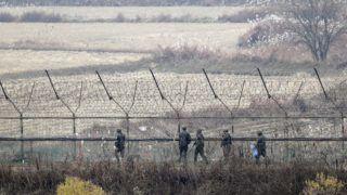 Padzsu, 2018. november 16. Dél-koreai katonák járõröznek a két Koreát elválasztó panmindzsoni demilitarizált övezetben lévõ Padzsunál 2018. november 16-án. Észak-Korea állami médiája szerint ezen a napon Kim Dzsong Un észak-koreai vezetõ taktikai fegyver kipróbálását ellenõrizte a teszt helyszínén. Kim elõször tekintett meg fegyvertesztet azóta, hogy júniusban a Koreai-félsziget atomfegyver-mentesítésérõl tárgyalt Donald Trump amerikai elnökkel. MTI/EPA/Dzson Hon Kjun