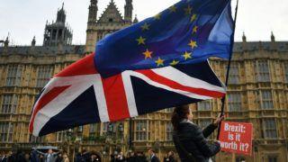 London, 2018. november 29. Nagy-Britannia Európai Unióból való kilépését (Brexit) ellenzõ tüntetõk uniós (j) és brit zászlóval a kezükben a parlament épülete elõtt, Londonban 2018. november 29-én. MTI/EPA/Andy Rain