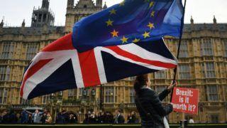 London, 2018. november 29. Nagy-Britannia Európai Unióból való kilépését (Brexit) ellenző tüntetők uniós (j) és brit zászlóval a kezükben a parlament épülete előtt, Londonban 2018. november 29-én. MTI/EPA/Andy Rain