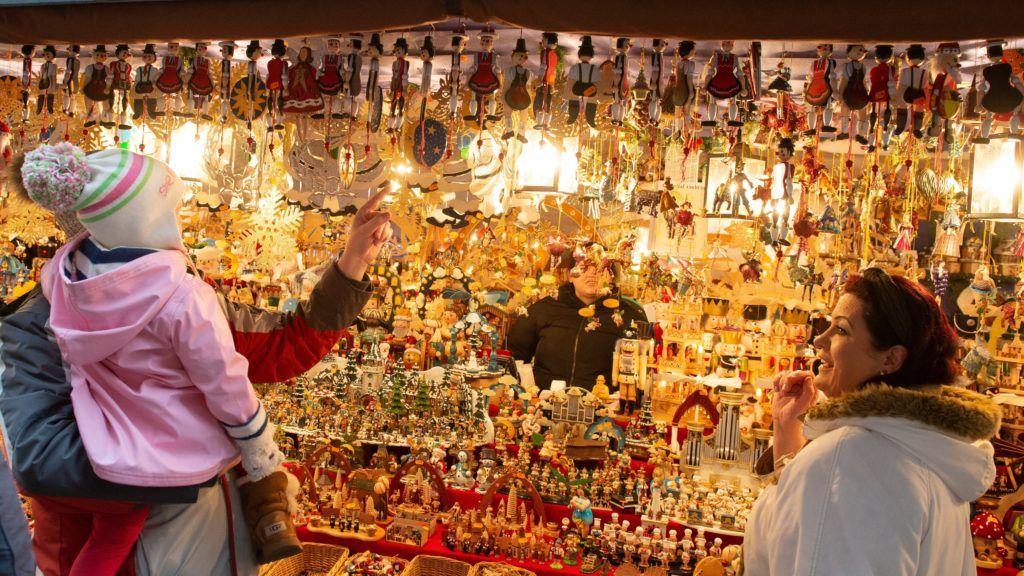 Nürnberg, 2018. november 30. Karácsonyi díszek a nürnbergi karácsonyi vásár egyik standján 2018. november 30-án. MTI/EPA/Timm Schamberger