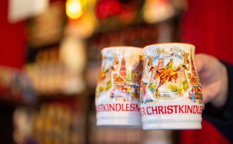 Nürnberg, 2018. november 30. Forralt bort kínálnak festett porcelánbögrékben a nürnbergi karácsonyi vásár egyik standján 2018. november 30-án. MTI/EPA/Timm Schamberger