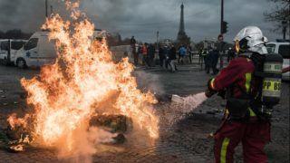Párizs, 2018. december 3. Felgyújtott útakadályt locsol egy tûzoltó a munkakörülményeik javításáért tüntetõ francia mentõsök tiltakozásán a párizsi Concorde téren 2018. december 3-án. Emmanuel Macron francia elnök párbeszédre szólította fel Édouard Philippe miniszterelnököt a parlamenti pártok vezetõivel és a tüntetõk képviselõivel a – láthatósági mellény viselése után sárgamellényesnek nevezett – megmozdulásokat kísérõ zavargások nyomán kialakult válság felszámolására. MTI/EPA/Ian Langsdon