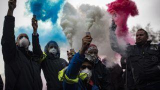 Párizs, 2018. december 3. Francia mentõsök tüntetnek a munkakörülményeik javításáért a Nemzetgyûlés párizsi épületénél 2018. december 3-án. Emmanuel Macron francia elnök párbeszédre szólította fel Édouard Philippe miniszterelnököt a parlamenti pártok vezetõivel és a tüntetõk képviselõivel a – láthatósági mellény viselése után sárgamellényesnek nevezett – megmozdulásokat kísérõ zavargások nyomán kialakult válság felszámolására. MTI/EPA/Ian Langsdon